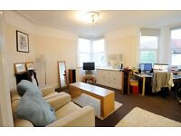 Double Room in bright friendly flat near beach