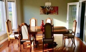 Beautiful Oak Dining Room Set in Excellent Condition