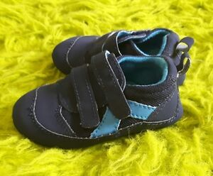 Baby boy size 6-9 mth Carters shoes