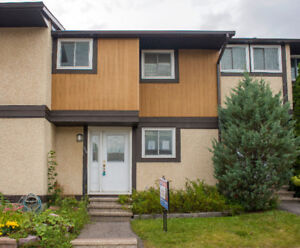 POWER OF SALE Town home in Hunt Club! 3bed2bath