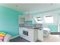 1 bedroom in Jubilee Avenue, Twickenham, TW2 (#1150749)