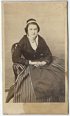 Foto CDV eine Jolie Arlésienne Richtung 1860 - Arles - Petticoat Ruban Kostüm