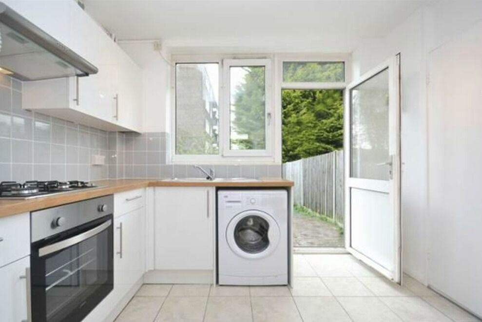 LOVELY 3 DOUBLE BEDROOM HOUSE WITH GARDEN - CLOSE TO NORTHERN LINE - AVAILABLE NOW!!!