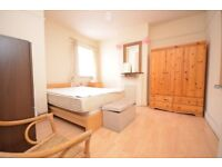 Large 3 double bed apartment, furnished, 6 minutes to Isleworth & Syon Lane Station