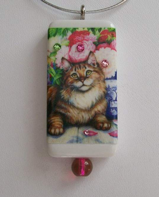 LOVELY MAINE COON IN THE FLOWERS - DOMINO PENDANT