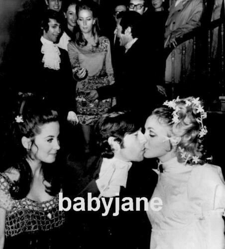 090 SHARON TATE ROMAN POLANSKI WEDDING W/ BARBARA PARKINS PHOTO