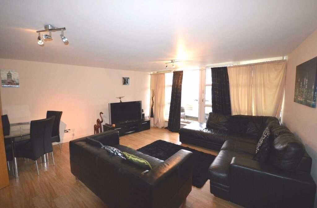 **CANARY WHARF**Luxurious newly refurbished 2 bedroom apartment with direct river view of o2 arena!