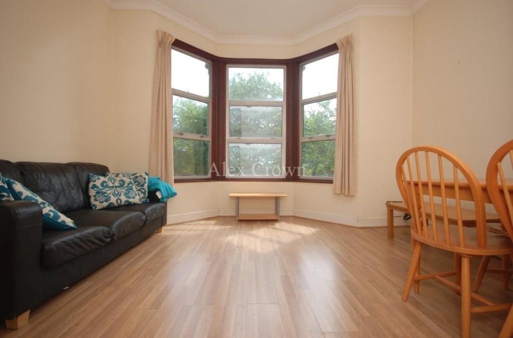 2 bedroom flat in Adolphus Road, Manor House