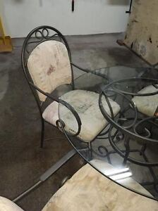 round glass dining table and four chairs Kitchener / Waterloo Kitchener Area image 2