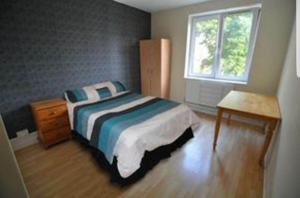 Double bedroom available near Stratford station/Gants Hill 07525258556