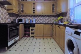 Spacious 6 Bed House close to Schools, Train Station and M1 Motorway