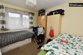 BOOK THE VIEW OF THIS ROOM IN MILE END NOW!