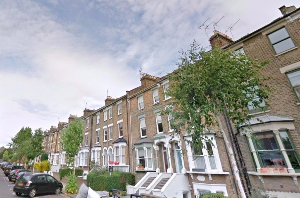 Nicely presented 3 bedroom property is set within moments-walk to Tufnell Park station and local ame