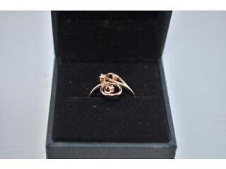 14carat gold swirl ring with 3 diamonds