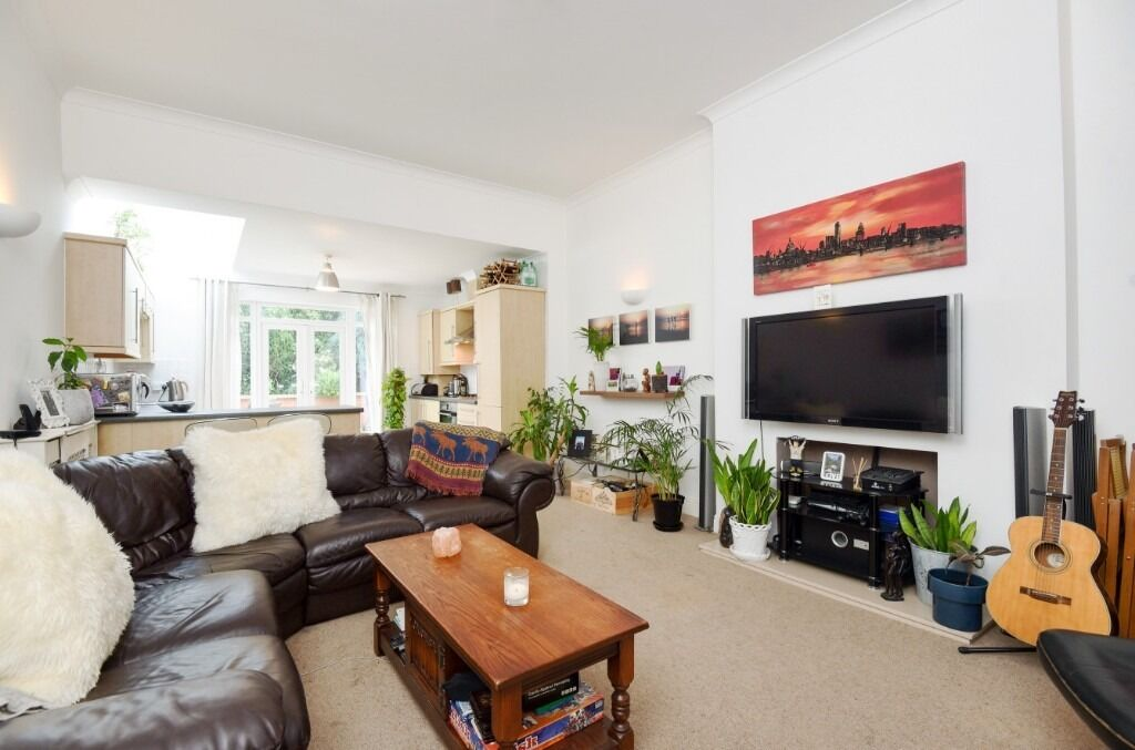 A lovely one double bedroom garden flat which has been recently refurbished.