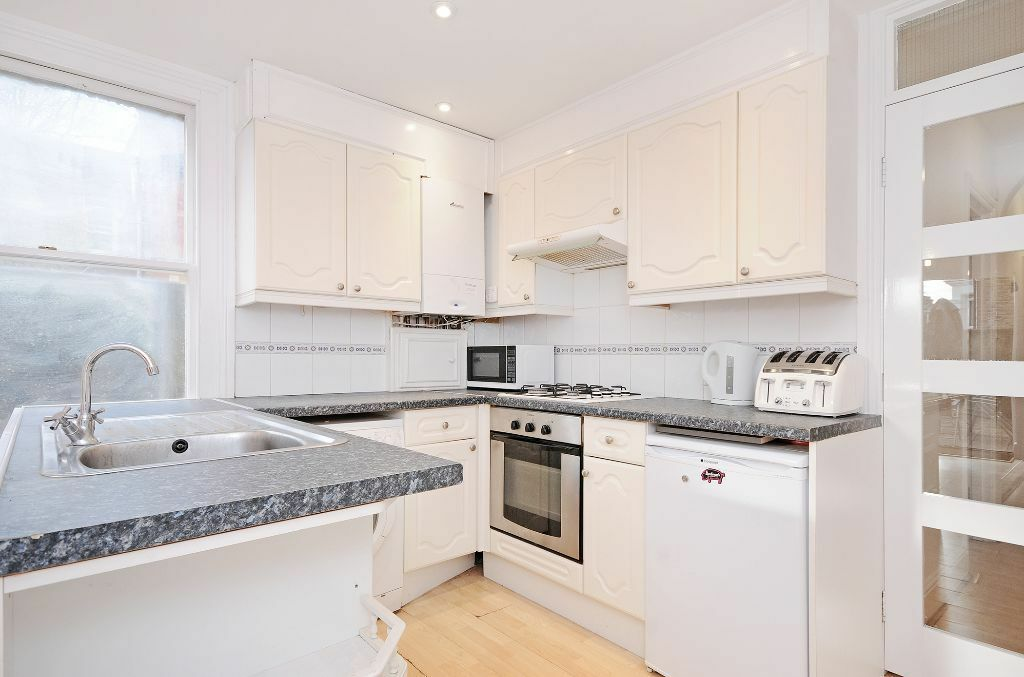 Two Bedroom Garden Flat to rent in Northfields/Ealing - Parking - Available Now - Furnished
