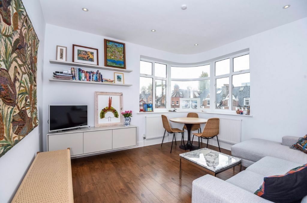 OFFERED ON A SHORT LET IN SOUTH AFTER SOUTH HAMPSTEAD IS A LOVELY 2 BEDROOM APARTMENT