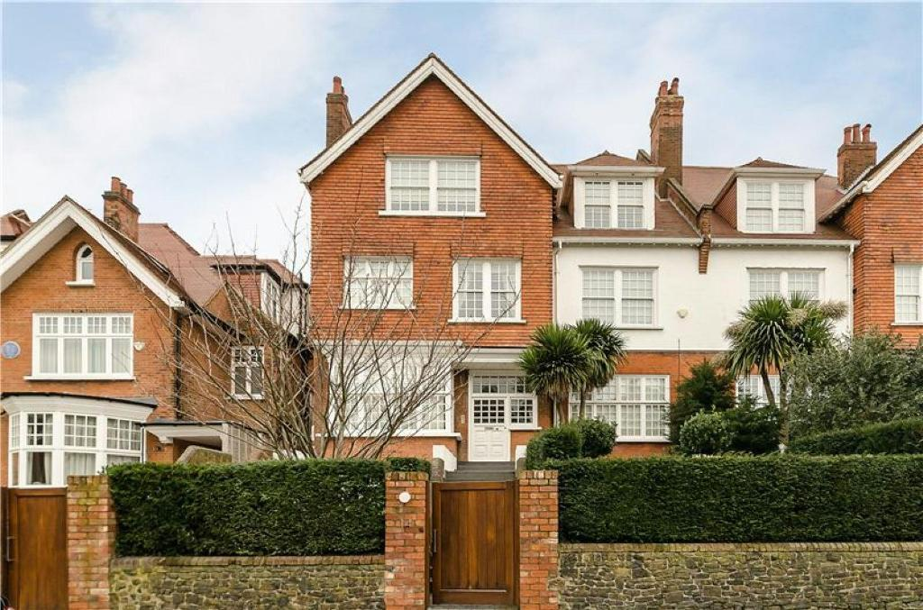 3 bedroom flat in Bracknell Gardens, Hampstead