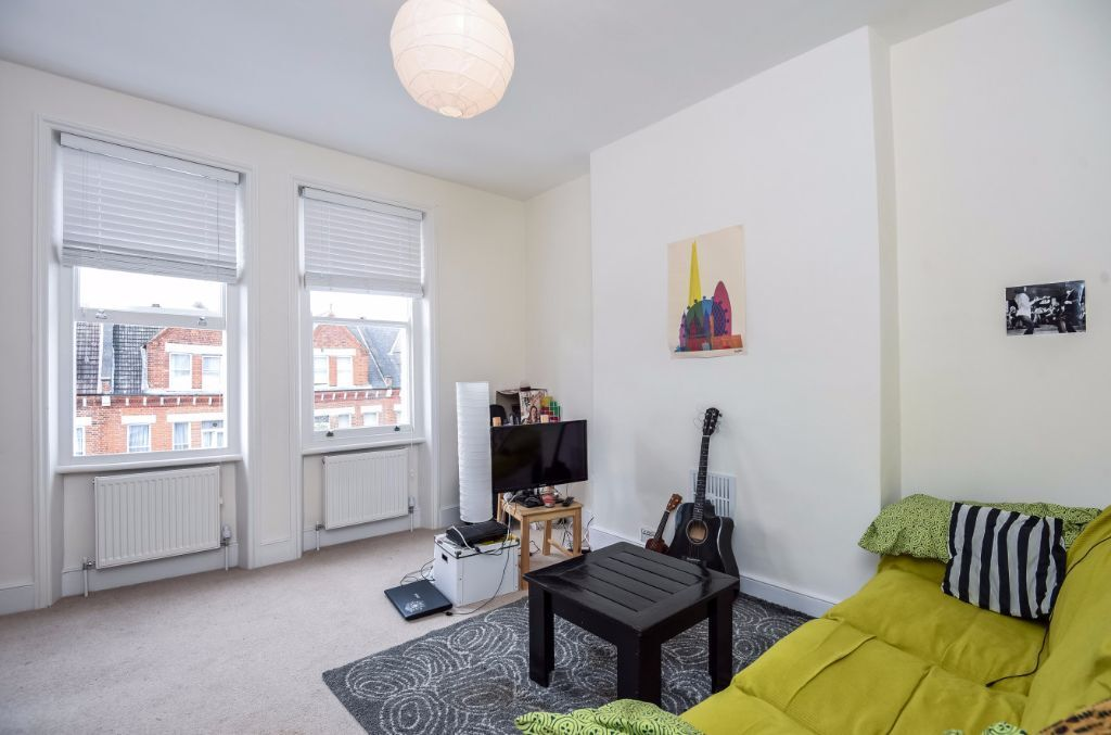 STUNNING AND MODERN THREE BEDROOM FLAT TO RENT IN KILBURN