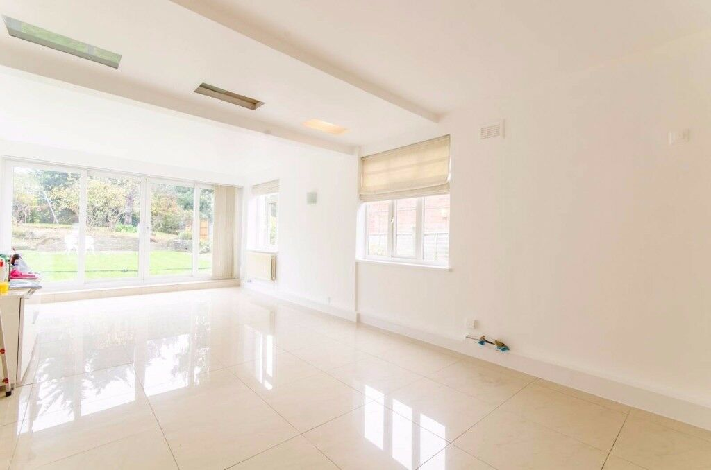 !!! MASSIVE MODERN 3 BED HOUSE WITH PRIVATE
