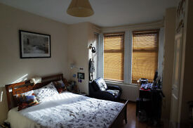 Spacious double bedroom in a 3 bedroom flatshare in South Ealing between Brentford and Northfields