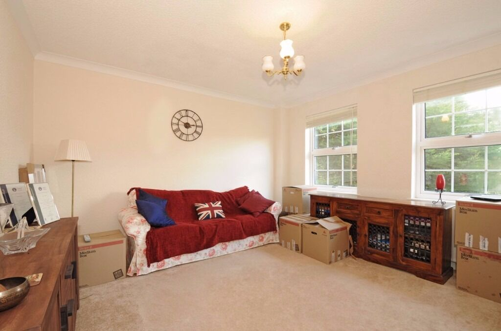 THREE BEDROOM FLAT ON MARCHWOOD CRESCENT WITH COMMUNAL GARDENS & OFF-STREET PARKING £1700 PCM