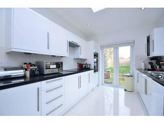 *** STUNNING 5 BEDROOM HOUSE *** AVAILABLE NOW *** Finchley Picture 2