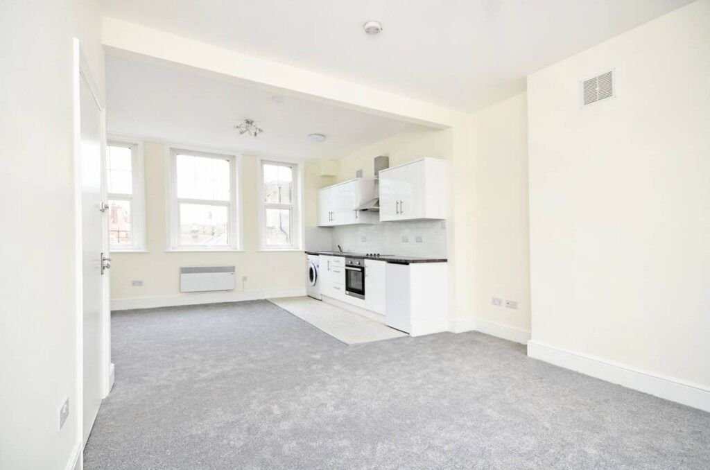 STUDIO FLAT INCLUSIVE OF COUNCIL TAX, LOTS OF NATURAL LIGHT,PERIOD FEATURES, SEPARATE KITCHEN,