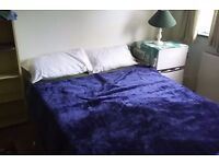 LARGE ROOM IN CHIGWELL, GREAT AREA, 5 MINS WALK FROM CENTRAL LINE , BUSES AND SHOPS, PRIVATE PARKING