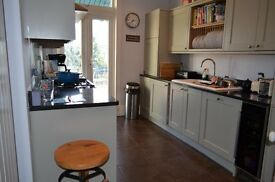 Grovelands Road N13 - 3 Double Bed S/L Flat On Sought After Road Just 5 Mins From B.R & Amenities.
