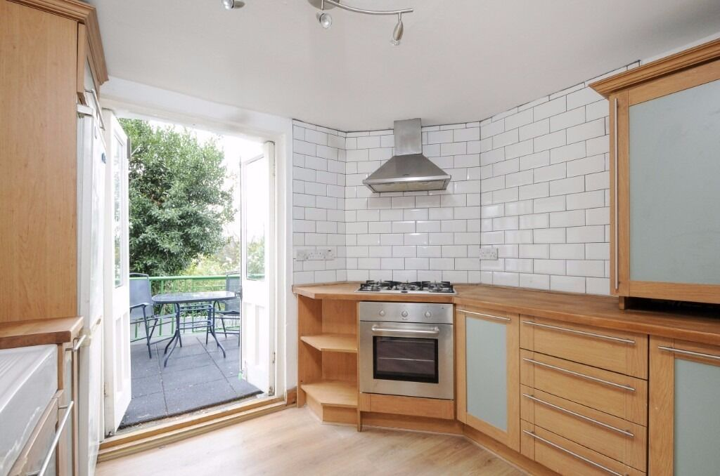 *AVAILABLE NOW* A TWO DOUBLE BEDROOM FLAT WITH LARGE LIVING ROOM AND PRIVATE BALCONY ON PLOUGH ROAD