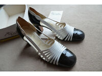 Vintage Classic Shoes by RENATA Italy - 'Capretto Vernice' - Size 6.