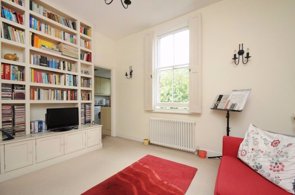 A one bedroom flat in a period building to rent a residential road in Kingston. Fassett Road.