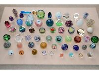 Large collection of 57 glass paperweights. Some liskeard, teign valley, Langham, Island Studio, etc