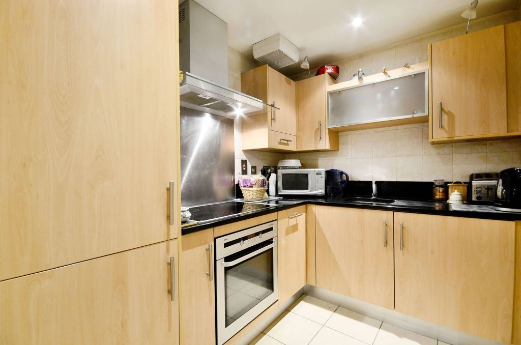 *Magnificent 2 double bedroom 2 bathroom separate lounge used as bedroom 3 near UCL available NOW!*