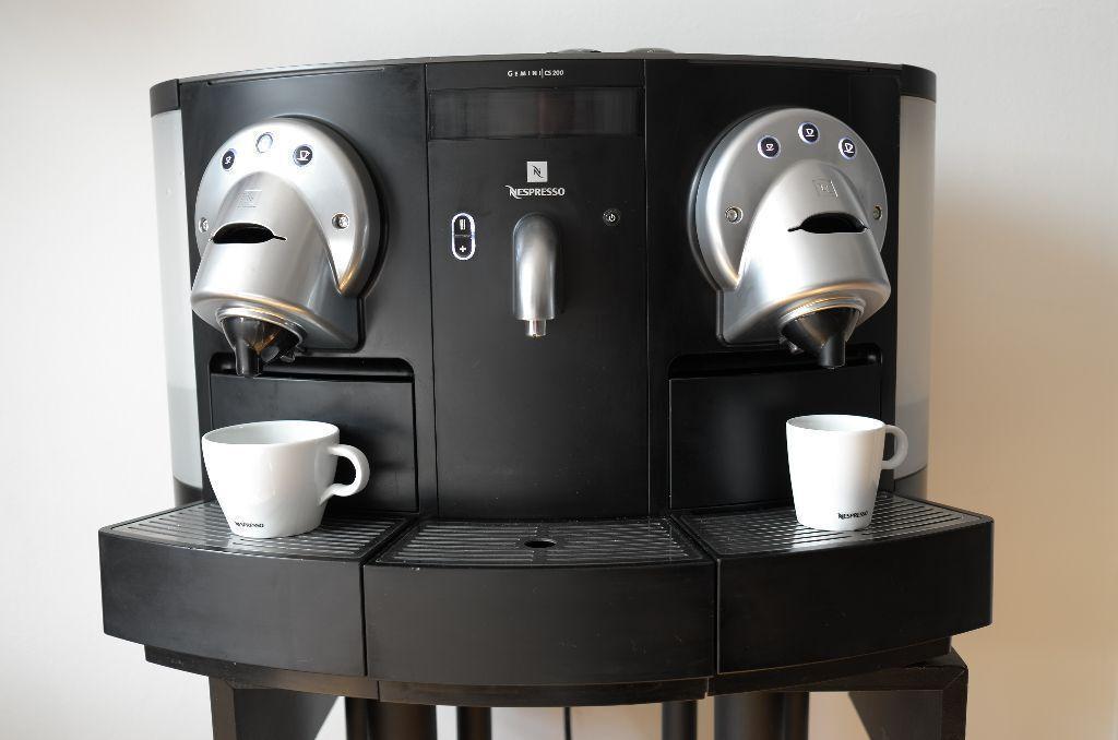 Professional Nespresso Gemini CS 200 Pro capsule coffee machine ...