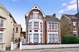 Newly refurbished double room with en-suite in Victorian house opposite Margate beach