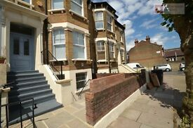 WANT TO LIVE IN THE FUTURE? **Modern 3 bed Apartment** 3 Bathrooms >CLAPTON< Beaut House