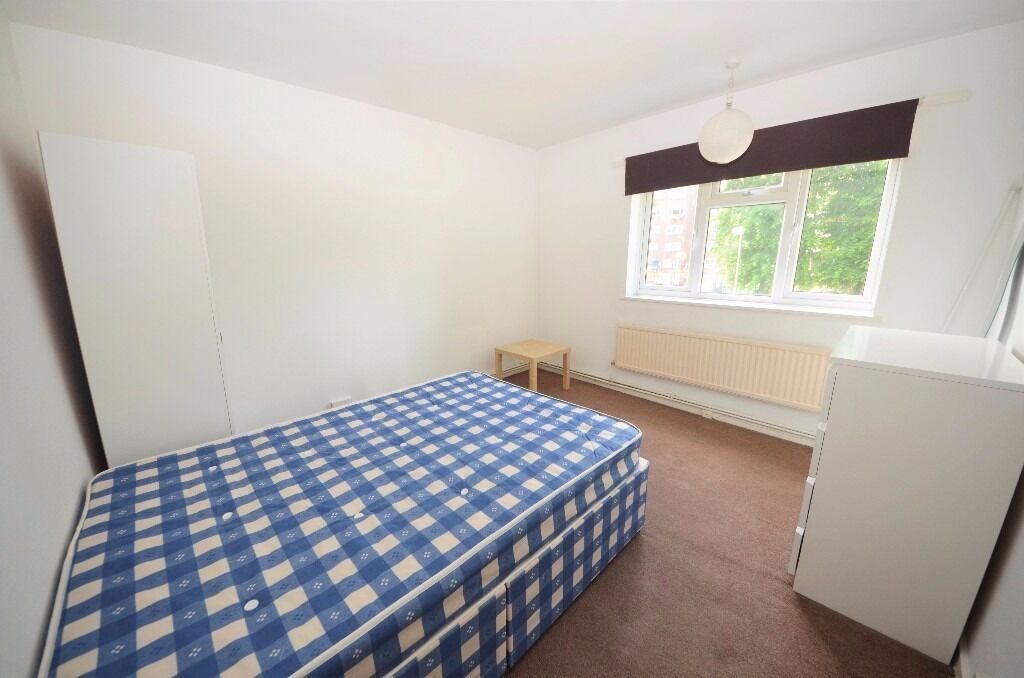 Foster& Edwards present to the lettings market a 3 double bedroom flat set in a purpose build