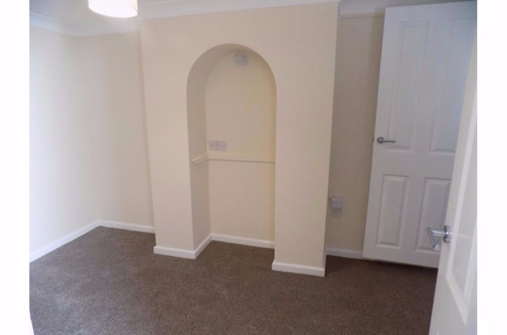 RB Estates are pleased to offer this 1 Bed Lower Ground floor Flat Available to Rent in West Reading