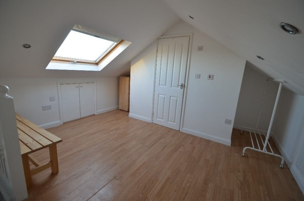 SPLIT LEVEL STUDIO FLAT 5 MINUTES WALK TO EASTHAM STATION AND SHOPPING CENTRE