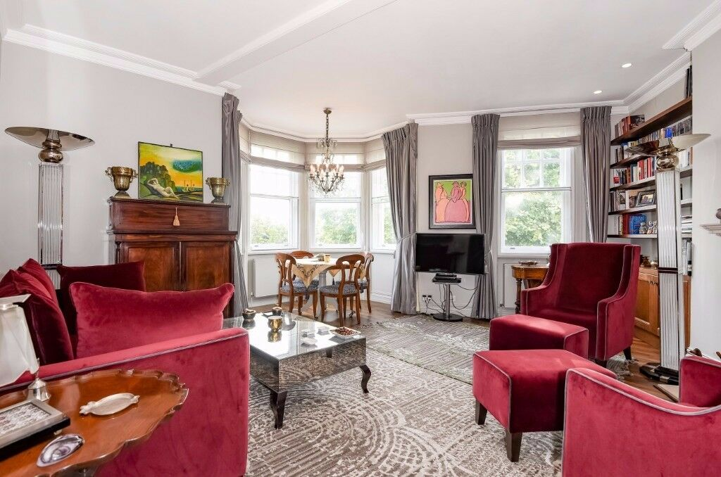 A sophisticated 3rd floor riverside apartment, beautiful views over Embankment *with lift*, SW3