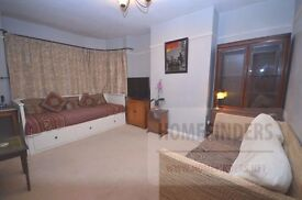 2 bedroom flat to rent in Fullwell Avenue, Ilford, IG5