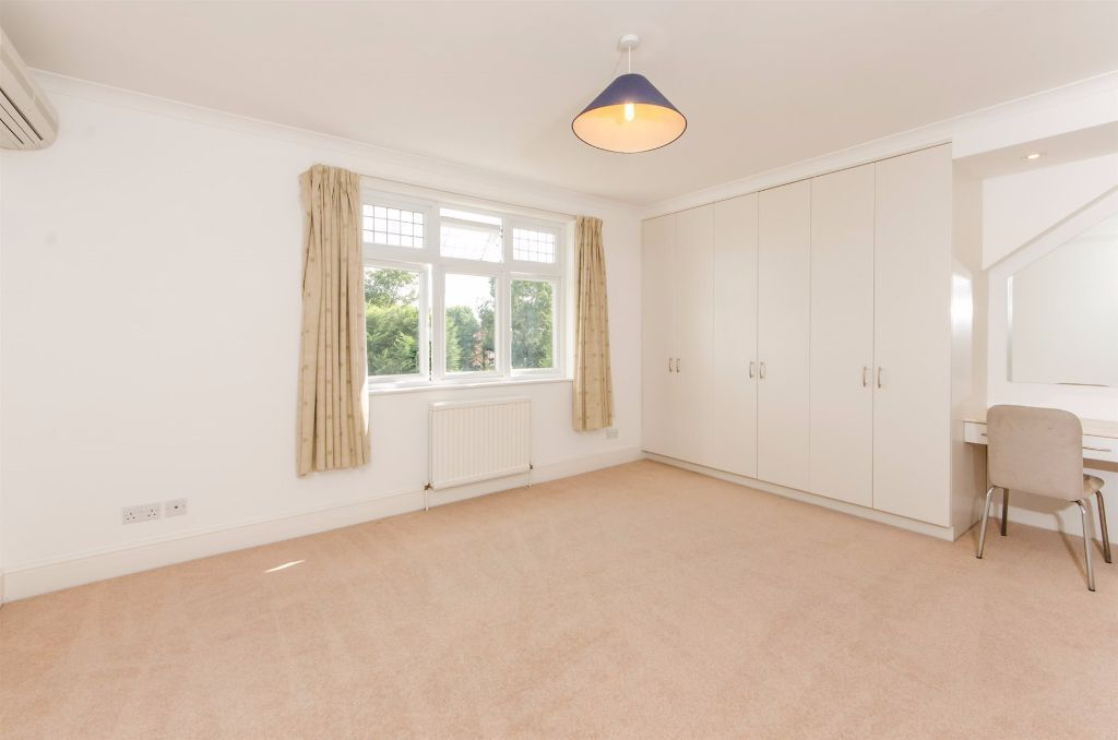Large En-Suite Double Room to rent in Ealing Broadway furnished or unfurnished & available Now