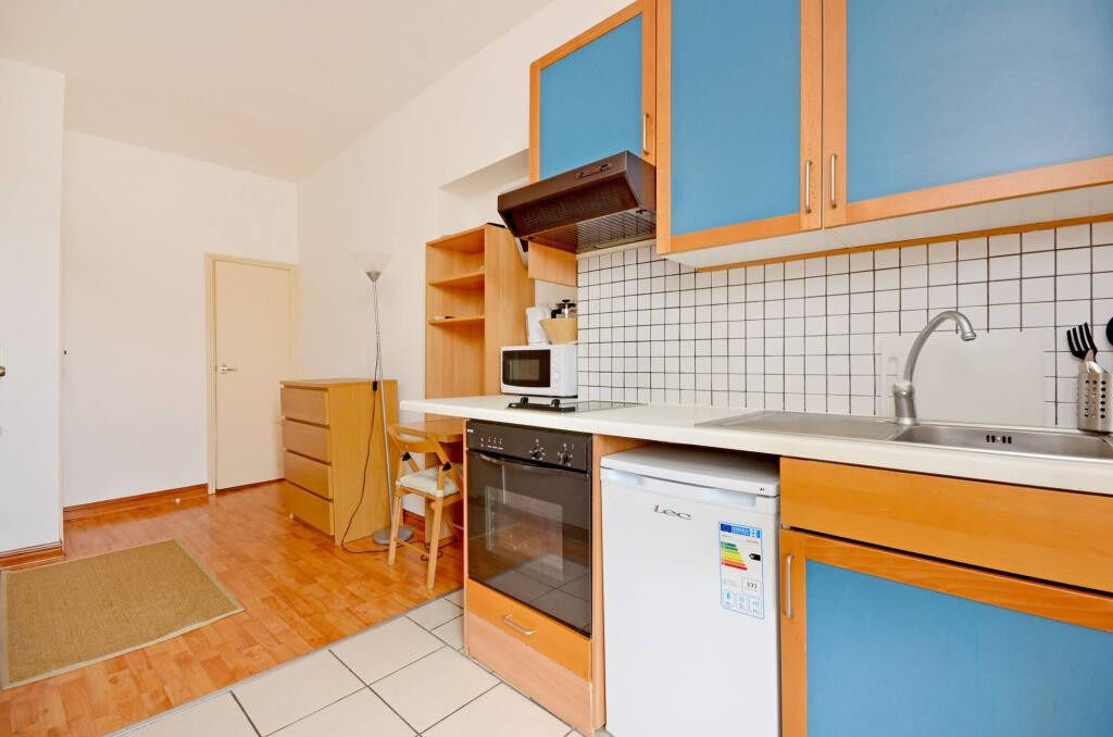 Earls Court – Bright self contained studio *