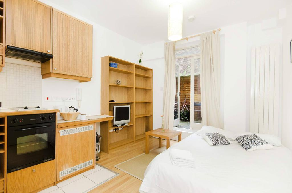 Self Contained Studio Flat With Open Plan Kitchen Ensuite
