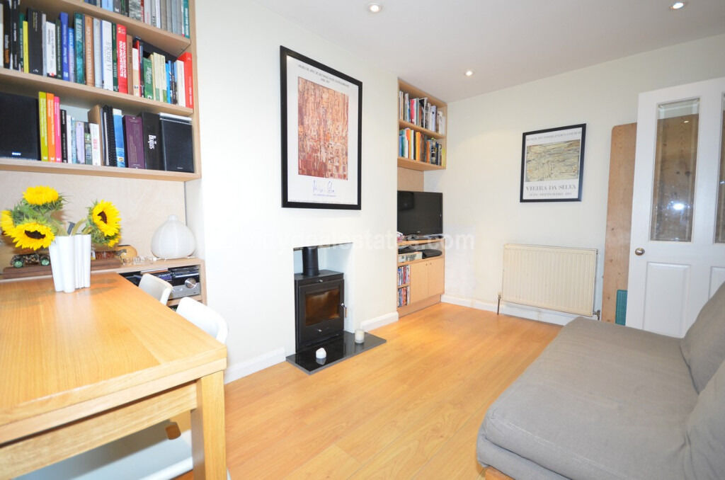 W3: Gorgeous one double bedroom flat with secluded patio.