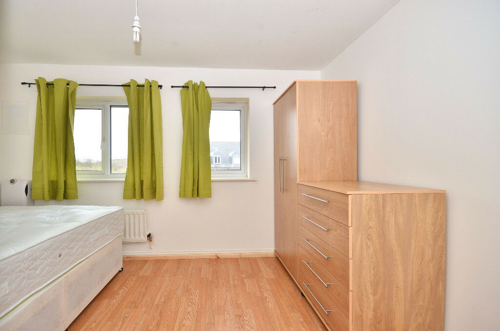 Good size double rooms for rent -LESS HOLDING Deposit - SE28 0LJ