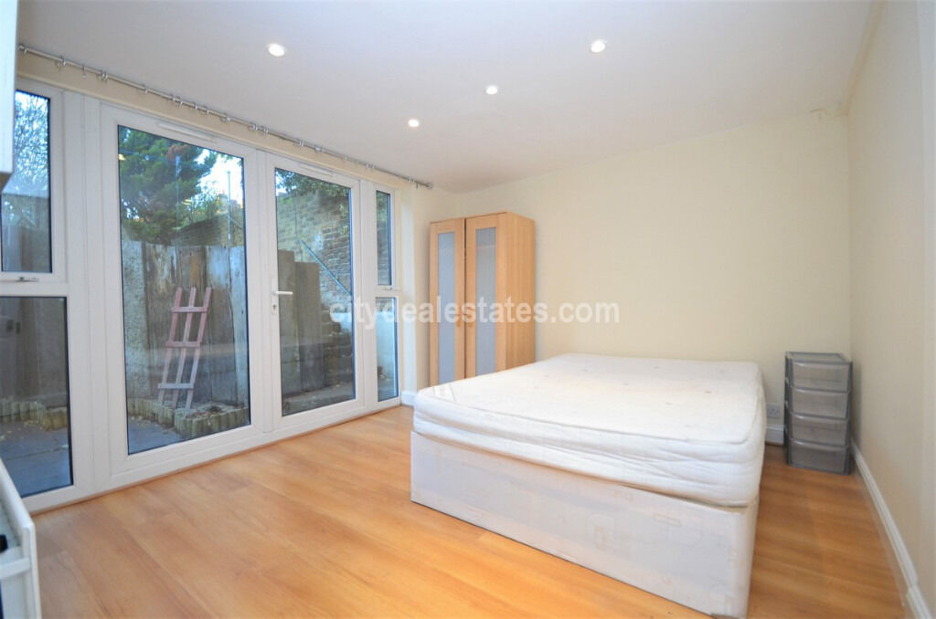 W3: 4 Bedroom Flat with Private Garden
