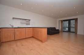 Lovely 2 bed 2 bath mega convenient Leith flat with parking, lift & great access to city centre